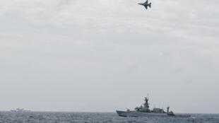 Các chiến đấu cơ F-16 của không quân Indonesia bay bên trên các chiến hạm của hải quân nước này tại khu vực Natuna ngày 10/01/2020.