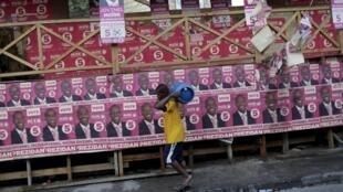 Cartazes espalhados pela capital Porto Príncipe exibem o rosto do candidato apoiado pelo governo do Haiti, Jovenel Moise.