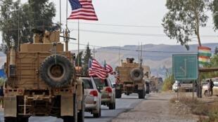 """کاروان وسایل نقلیه نظامی آمریکا، پس از عقب نشینی از شمال سوریه در روز دوشنبه ۲۹ مهر/ ٢۱ اکتبر ٢٠۱٩ پس از عقب نشینی از شمال سوریه، به شهر کردنشین عراق """"بردهرش"""" در نزدیکی موصل میرسند."""