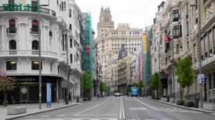 La calle Gran Vía de Madrid, prácticamente vacía el 1 de abril de 2020 por el confinamiento para prevenir la propagación del coronavirus