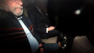 Cựu tổng thống Brazil Lula da Silva bên trong xe hơi, tại Sao Paulo, Brazil, ngày 05/04/2018