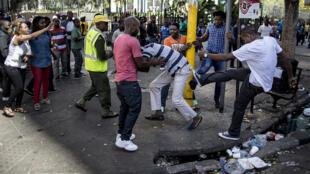 Wazawa wa Afrika Kusini wakifanya fujo na kuwashambulia wageni