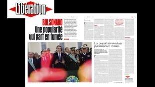 Matéria de página dupla no jornal Libération que fala sobre a queda da popularidade do presidente brasileiro, Jair Bolsonaro.