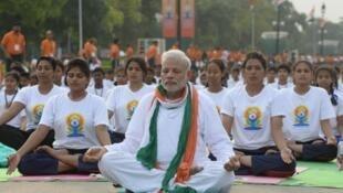 El primer ministro indio Narendra Modi, practicando una postura de yoga al aire libre en Nueva Delhi este 21 de junio, primer día internacional del Yoga