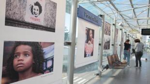 Plataforma da estação de metrô em Rennes com exposição de fotos do velório de Marielle Franco.