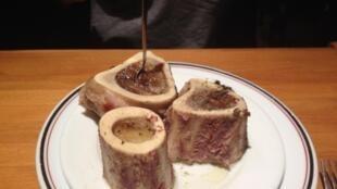 """Мозговая кость на закуску в ресторане """"Лушебем"""" в парижском районе Шатле"""