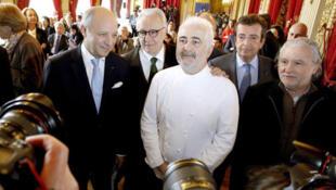 Глава французской дипломатии Лоран Фабиус в Версале в окружении величайших шефов Франции 19/03/2015