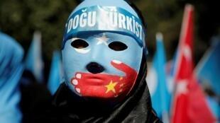 Cộng đồng Duy Ngô Nhĩ tại Thổ Nhĩ Kỳ biểu tình trước lãnh sự quán Trung Quốc ở Istanbul, ngày 01/10/2019.
