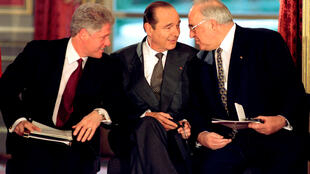 Cố thủ tướng Đức, Helmut Kohl (P) cùng các đồng nghiệp Pháp, Jacques Chirac (G) và Mỹ, Bill Clinton tại lễ ký thỏa thuận hòa bình Bosnia, điện Elysée, Paris, ngày 14/12/1995.