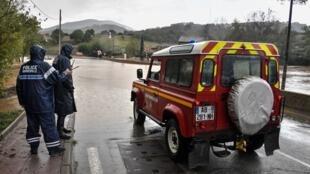 Cпасательные службы вынуждены оказывать помощь людям, которые выезжали на перекрытые дороги, проигнорировав запрет.