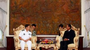 Bộ trưởng Quốc Phòng Cam Bốt Tea Banh tiếp một chỉ huy hải quân Trung Quốc tại Phnom Penh, ngày 17/10/2016.