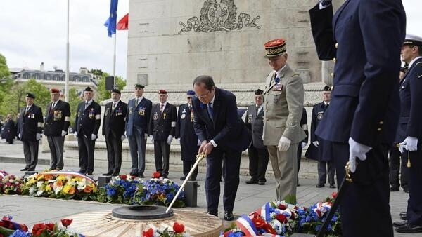 President François Hollande lays a wreath at the tomb of the unknown soldier on Thursday