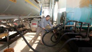 Un ouvrier palestinien charge de l'essence pour une centrale électrique à Gaza près du point de passage de Nahal Oz, 11 novembre 2008 (image d'illustration).
