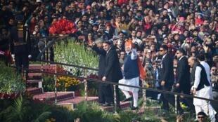 O presidente brasileiro, Jair Bolsonaro, assistiu às comemorações da festa nacional da Índia, ao lado do primeiro-ministro indiano, Narendra Modi, neste domingo (26).