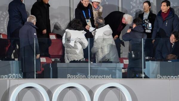 Aperto de mão historico entre o presidente sul coreano, Moon Jae-in, e a irmã do lider da Coreia do Norte, Kim Yo Jong.