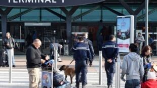 Um homem foi preso após entrar nas pistas do aeroporto de Lyon dirigindo um carro na contramão nas pistas do aeroporto. Foto ilustrativa aeroporto de Lyon 14/11/15.