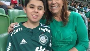 Silvia Grecco ficou conhecida por narrar lances de partidas de futebol para o filho Nickollas, de 12 anos, que é deficiente visual e autista.