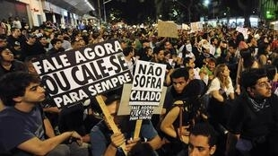 """""""Fale agora ou cale-se para sempre"""", diz cartaz de manifestante em São Paulo, no dia 22 de junho de 2013."""