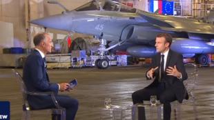 Emmanuel Macron durante entrevista a bordo do porta-aviões Charles de Gaulle