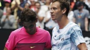 Rafael Nadal e Tomas Berdych após a partida de quartas de final nesta terça-feira (27), em Melbourne.