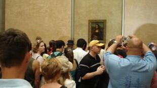 """تابلو نقاشی """"مونالیزا"""" که نیز به """"لبخند ژوکوند""""هم شهرت دارد، یکی از معروفترین آثار """"لئوناردو داوینچی"""" هنرمند مشهور ایتالیایی است که پُربازدیدترین و  مورد تقلید قرارگرفتهترین اثر هنری جهان میباشد و در موزه """"لوور"""" پاریس نگهداری میشود."""