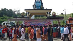 Des traditionalistes hindous ont bloqué l'accès des femmes au temple de Sabarimala ne respectant pas ainsi la décision de la Cour suprême qui avait levé cette interdiction.