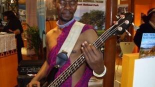 Ignus Kapyunka wa Sisi Tambala; akicharaza Gitaa la besi katika Onyesho la Band hiyo, Alliance Francais Dar es salaam