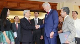 Tổng Bí thư Đảng Cộng sản Việt Nam Nguyễn Phú Trọng (T) tiếp cựu Tổng thống Mỹ Bill Clinton, tại Hà Nội, 02/07/2015