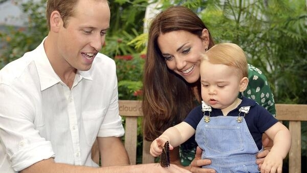 O príncipe George, com os pais William e Kate, observa borboleta na mão do pai.