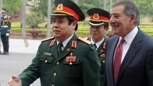 Bộ trưởng Quốc phòng Việt Nam Phùng Quang Thanh (P) đón tiếp đồng nhiệm Mỹ Leon Panetta, tại trụ sở bộ Quốc phòng Việt Nam, 04/06/2012