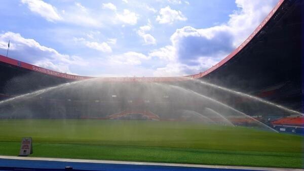 Vista de dentro do gramado do Parque dos Príncipes, durante visita do estádio do PSG.