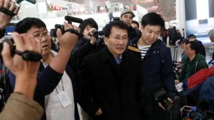 Diplomata norte-coreano Choe Kang Il embarca para negociações em Helsinki, em 18 de março de 2018.
