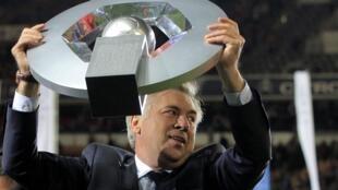 O técnico del PSG, Carlo Ancelotti, comemorando o título no campeonato francês.