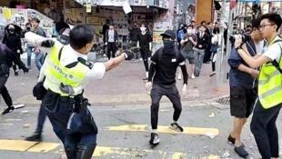 香港警察向对峙示威者开枪前资料图片