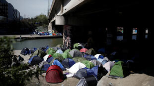 Палатки, в которых живут мигранты, на берегу канала Сен-Мартен, Париж, 6 апреля 2018 г.