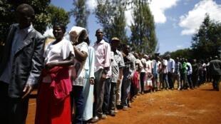 Forte afluência numa mesa de voto em Gatundu, no centro do Quénia, a 4 de Março de 2013.