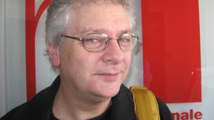 Diego Fischerman en los estudios de RFI.