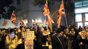 Người biểu tình phản đối chính quyền đặc khu Hồng Kông cầm cờ Anh Quốc, tụ tập trước Tổng lãnh sự Anh, ngày 29/11/2019.