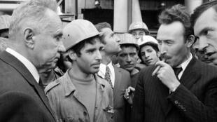 Le Premier ministre soviétique Alexei Kosygin (g) visite une usine lors d'un voyage officiel avec le président algérien Houari Boumédiène (d), le 5 octobre 1971.