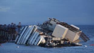O Costa Concordia passou mais de um ano e meio tombado sobre o casco direito.