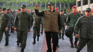 Tổng thống Venezuela Nicolas Maduro (giữa) và các tướng lĩnh quân đội trung thành thăm một đơn vị quân đội tại Caracas ngày 02/05/2019.