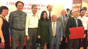 Nhà văn Nguyên Ngọc và Tiến sĩ Chu Hảo (thứ 5 và 6 từ trái sang) trong lễ phát giải văn hóa Phan Châu Trinh ở Saigon ngày 24/03/2018.