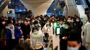 Des passagers arrivent à la station centrale de Wuhan, au premier jour où la capitale du Hubei est à nouveau connectée au reste de la Chine, le 28 mars 2020.