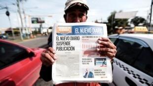 Un vendeur de rue vendant «El Nuevo Diario», le deuxième quotidien le plus lu du pays, qui a annoncé l'arrêt de sa publication, à Managua, le 27 septembre 2019.