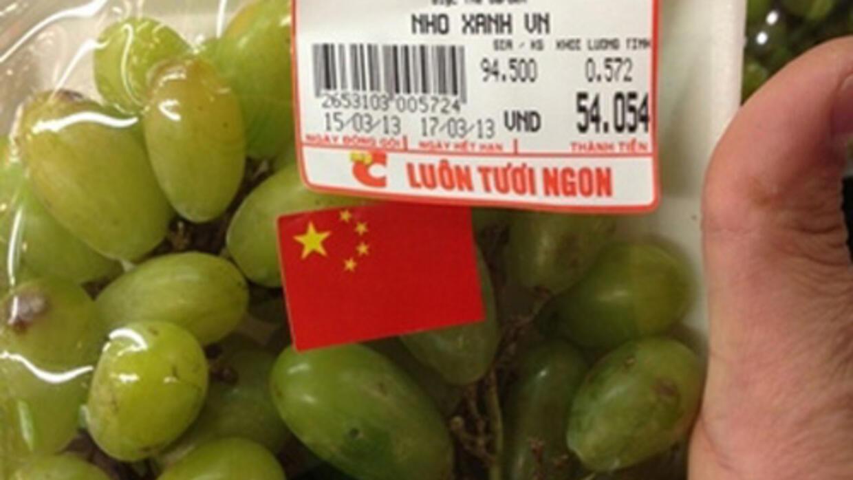 Trái cây bày bán ở Việt Nam có dán cờ Trung Quốc (DR)