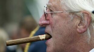 O apresentador da BBC Jimmy Savile, acusado de ter abusado sexualmente de inúmeras jovens, em foto de 2005.