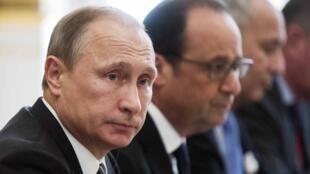 Russian President Vladimir Putin (L) and French President Francois Hollande in Paris, 2 October 2015.