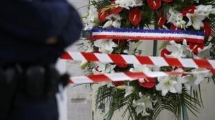 Flors em homenagem ao padre assassinado, em frente à igreja de Saint-Etienne-du-Rouvray.