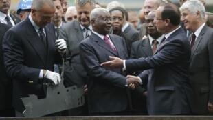O Presidente Armando Guebuza com o seu homólogo Francês em Cherbourg esta manhã.