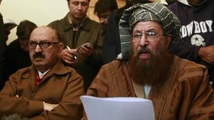 Maulana Sami ul-Haq (R), one of the Taliban negotiator, reads a joint statement with Irfan Siddiqui, a government negotiator in Islamabad, 6 February  2014.